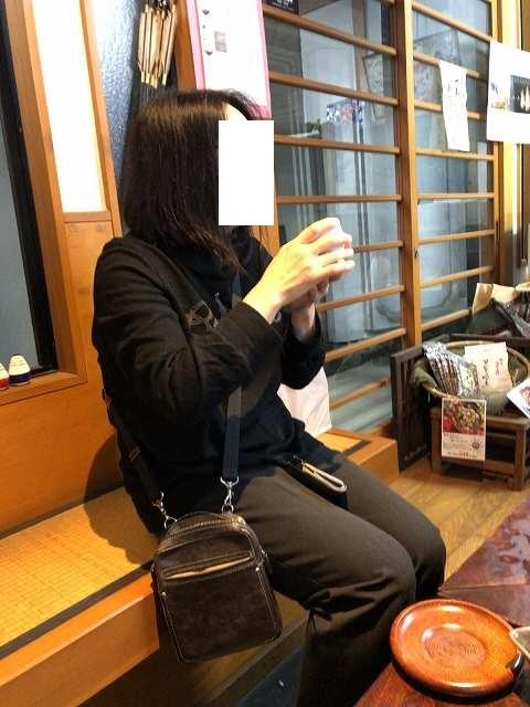 お茶をすするジャン妻.jpg