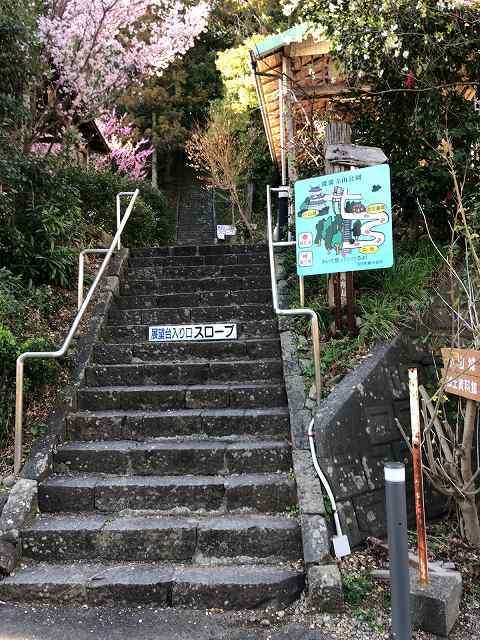 こんな急な階段を上るのはイヤだ.jpg