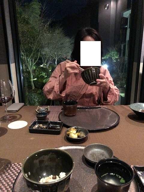 ご飯をガツガツ喰らうジャン妻.jpg