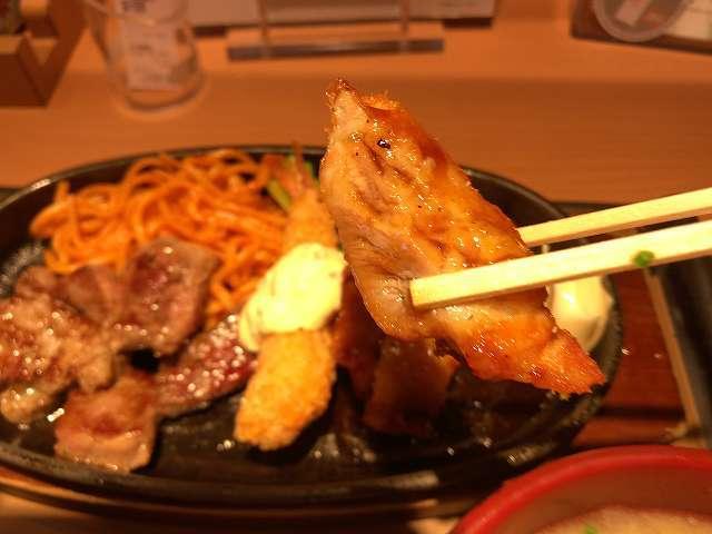 カットステーキミックス5鶏を摘まむ.jpg