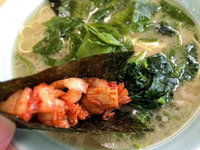 キムチを海苔で巻いてスープに浸ける2.jpg