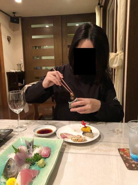サザエ2肝を食べるジャン妻.jpg