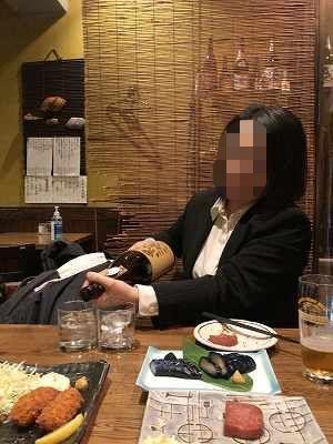 ジャン妻が一升瓶を注ぐ1-1.jpg