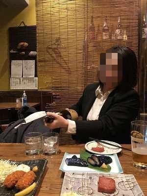ジャン妻が一升瓶を注ぐ2-1.jpg