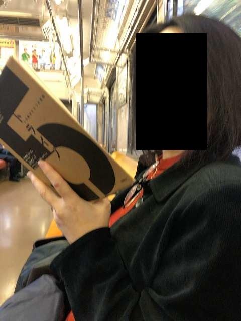 ジャン妻読書中.jpg
