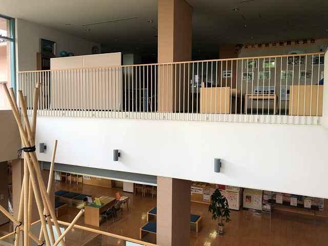 センター内1階から2階へ上がる2.jpg