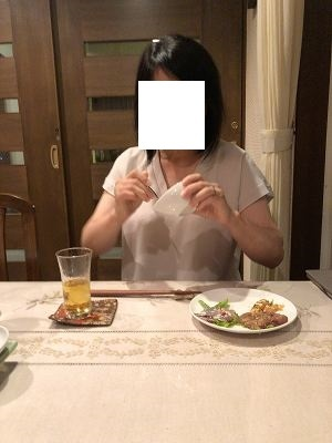 タルタルを舐めるジャン妻1.jpg