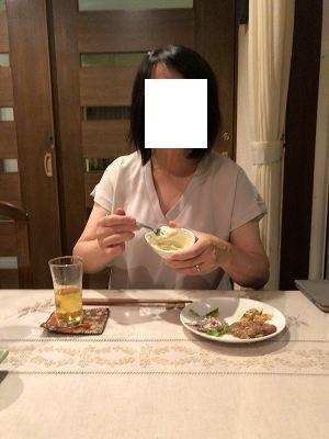 タルタルを舐めるジャン妻2.jpg