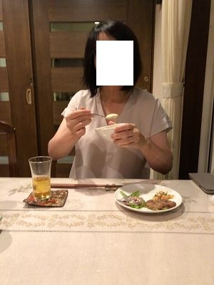 タルタルを舐めるジャン妻3.jpg