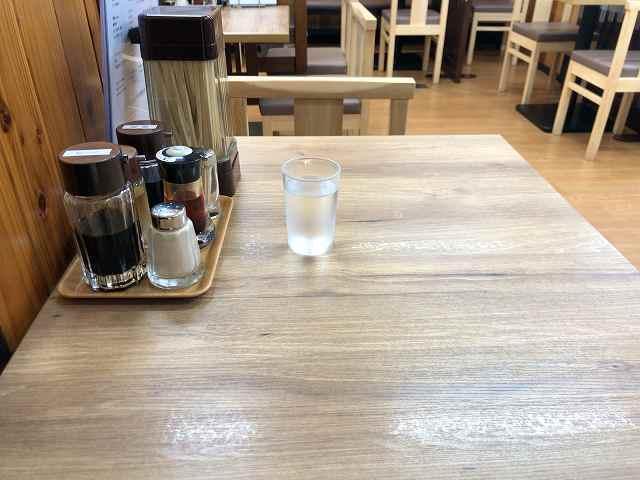 テーブル上2箸箱を向こうに置いた.jpg