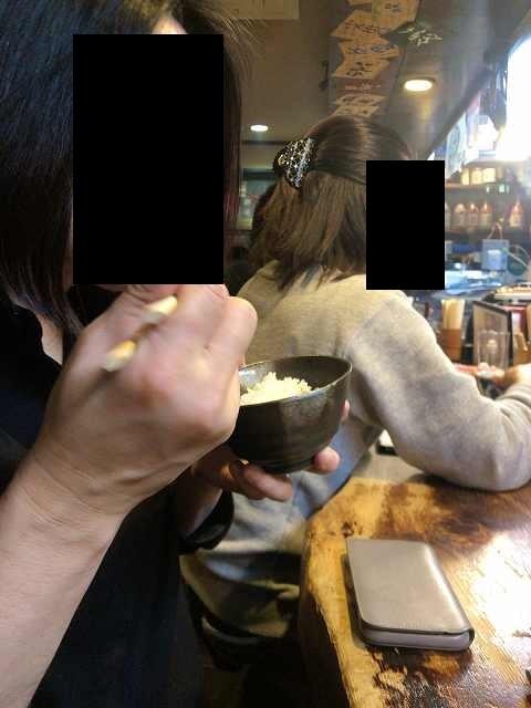 ナメロウ飯を食らうジャン妻.jpg