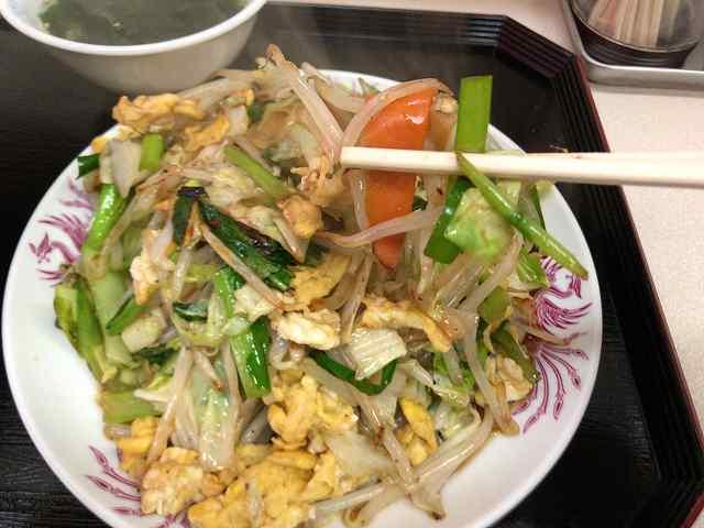 ピリ辛5野菜を摘まむ1ニンジン.jpg
