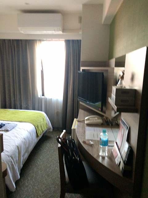 ホテル狭い客室.jpg