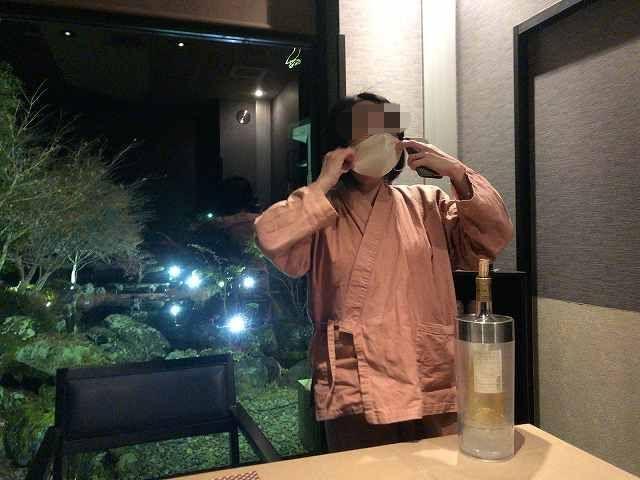 ワインを持ち帰るジャン妻2マスク着用-1.jpg
