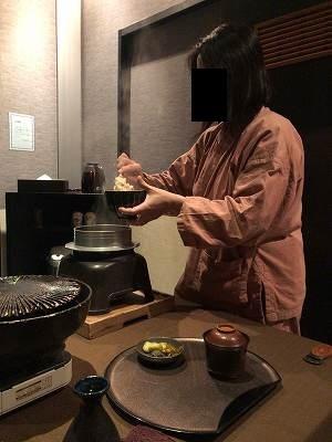 亭主のご飯をよそうジャン妻5.jpg