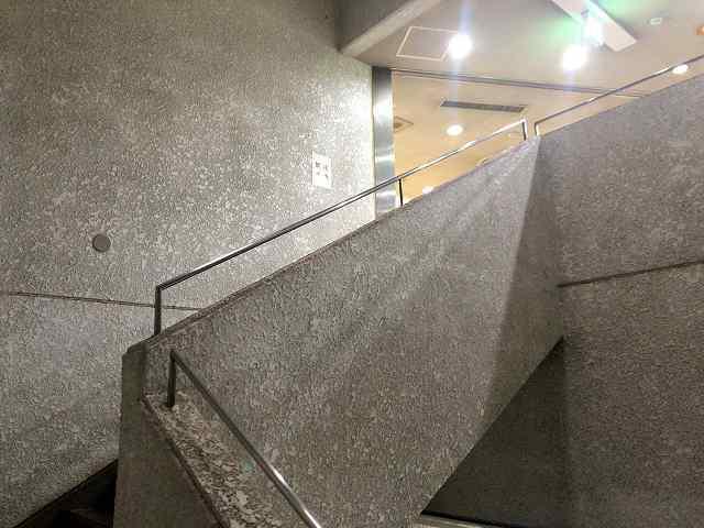 公民館7階段を上がる.jpg