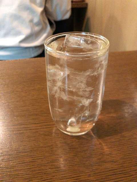 冷水コップちっさ氷が多い.jpg