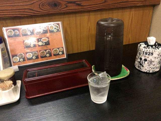 卓上2冷水ボトルとトイレットペーパー.jpg
