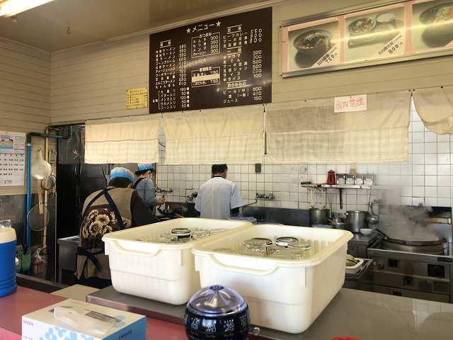 厨房1珍しく働いているゴリラオバちゃん.jpg