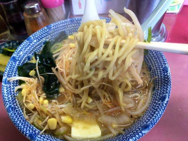 味噌ネギバターコーン13麺をリフトアップ2.jpg