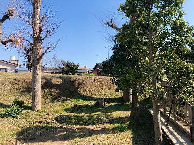 土塁6墓地を廻って塀越しに2.jpg