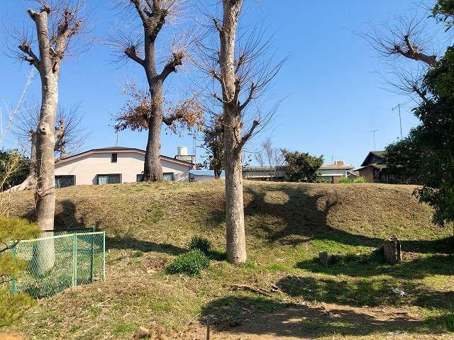 土塁7墓地を廻って塀越しに3.jpg