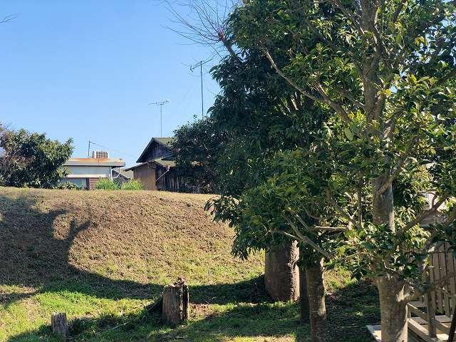 土塁9墓地を廻って塀越しに5ズーム1.jpg