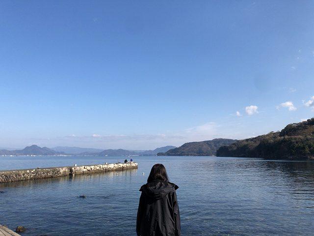 大瀬崎5-1湾を眺めるジャン妻2.jpg