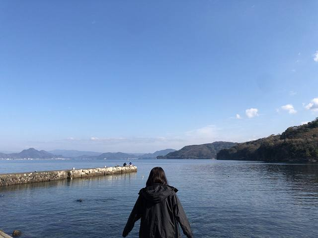 大瀬崎5湾を眺めるジャン妻.jpg