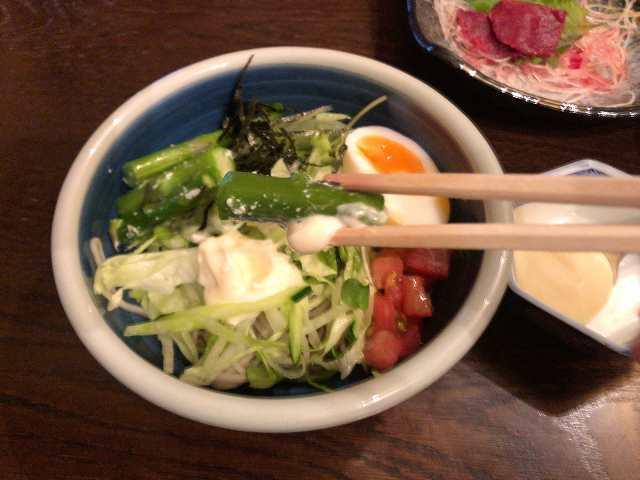 宴26蕎麦サラ7アスパラを摘まむ.jpg