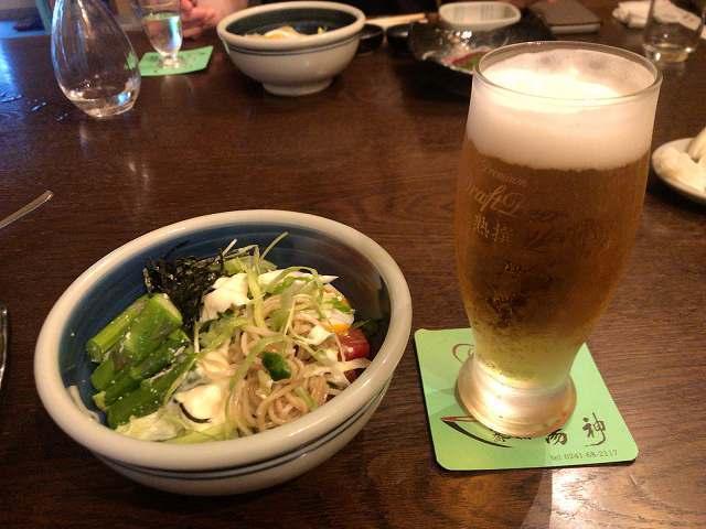 宴33蕎麦サラには生ビール.jpg