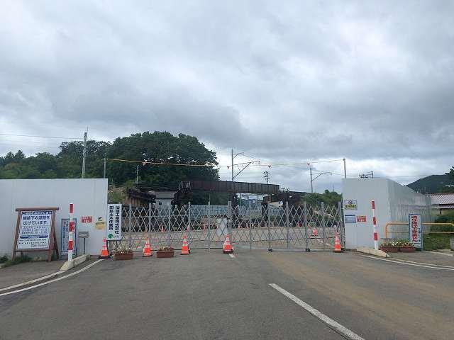工事現場1くるまを停めてフェンス外から.jpg