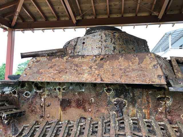 帰還戦車10弾痕3真横から.jpg