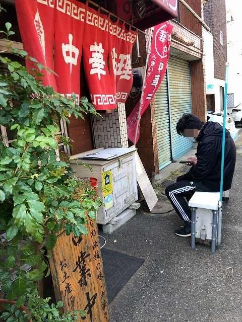 店11外で待つ人-1.jpg