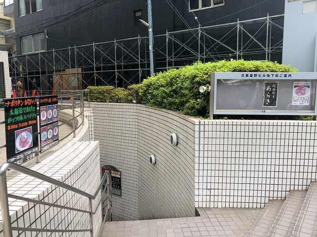 店2階段を下りる.jpg