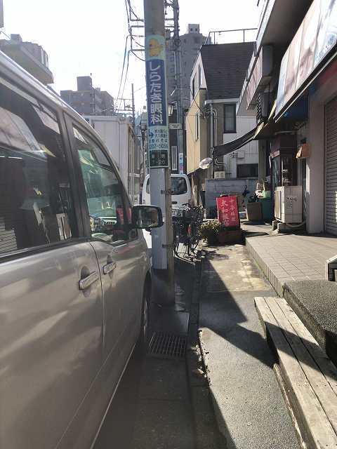 店3バンと歩道の隙間をぬって入る.jpg