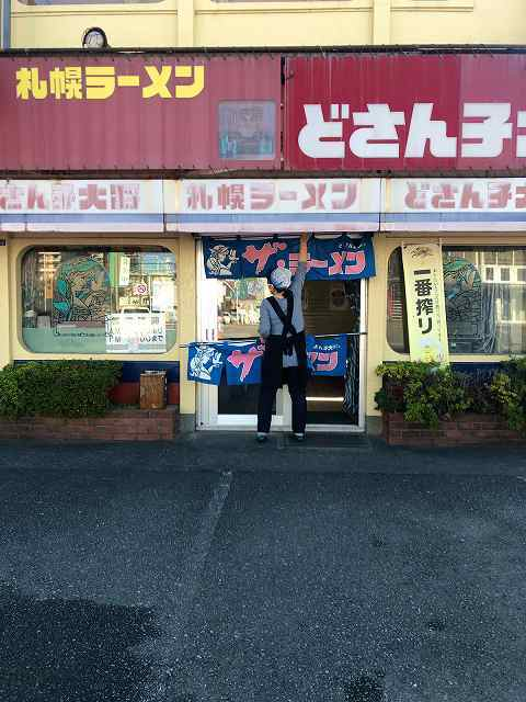 店4オバちゃんが暖簾出してる.jpg