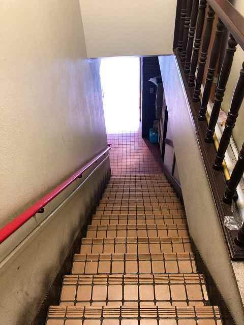 店7階段を下りる.jpg