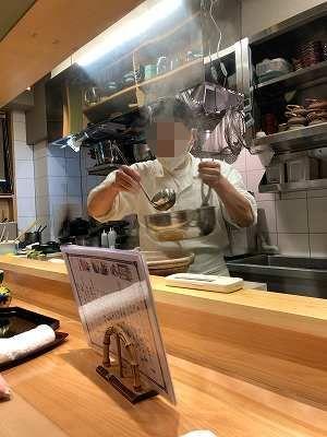 店主が鍋を用意するところ1-1.jpg