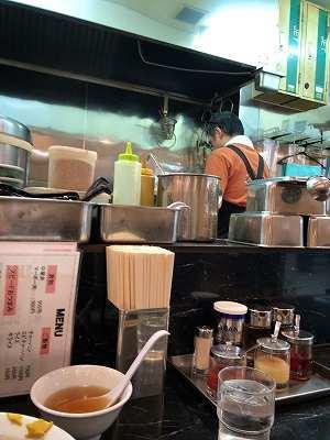 店内13厨房2オヤっさん.jpg
