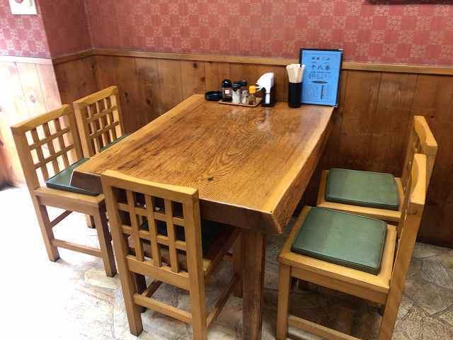 店内4テーブル席1.jpg