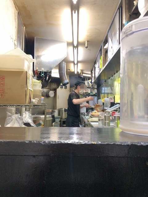 店内6厨房2カレーを注ぐ店主-1.jpg