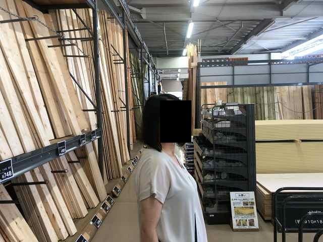 店内をくまなく見るジャン妻3.jpg