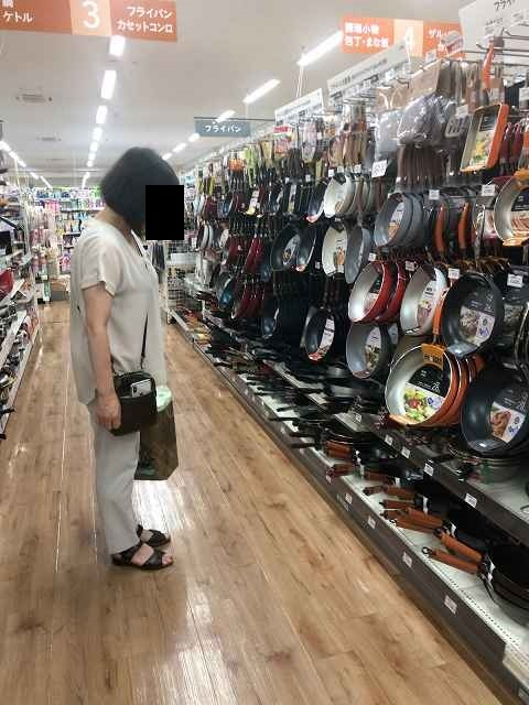 店内をくまなく見るジャン妻5.jpg