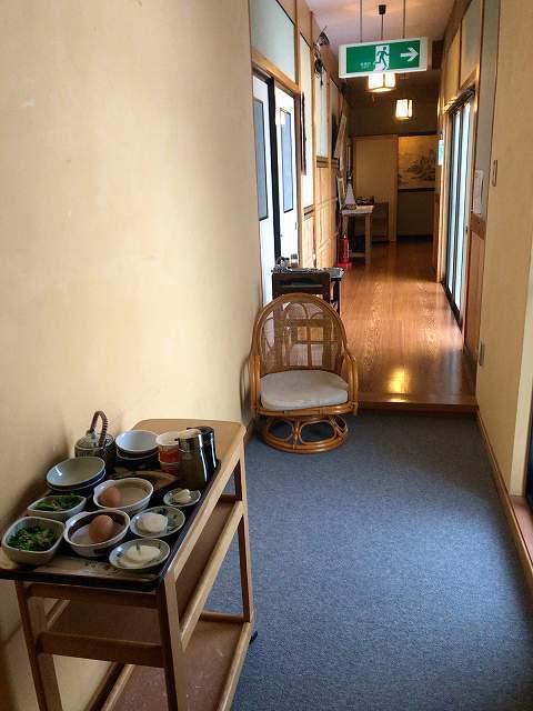 廊下に朝餉がスタンバイされている1.jpg