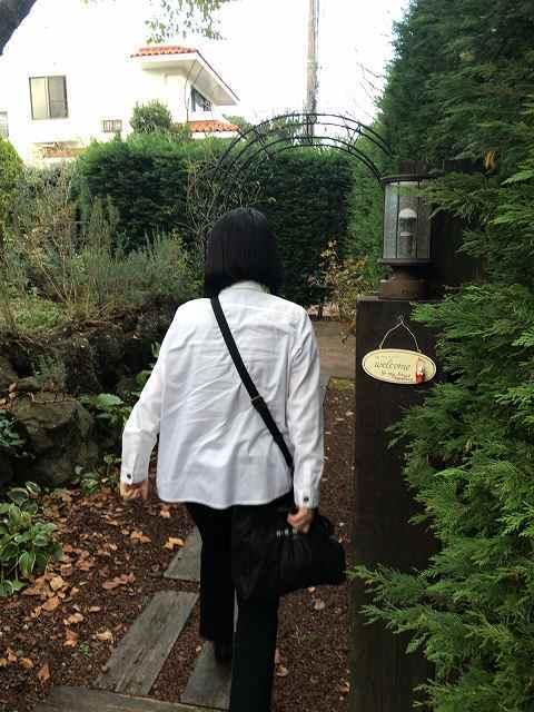 敷地内に入るジャン妻1.jpg
