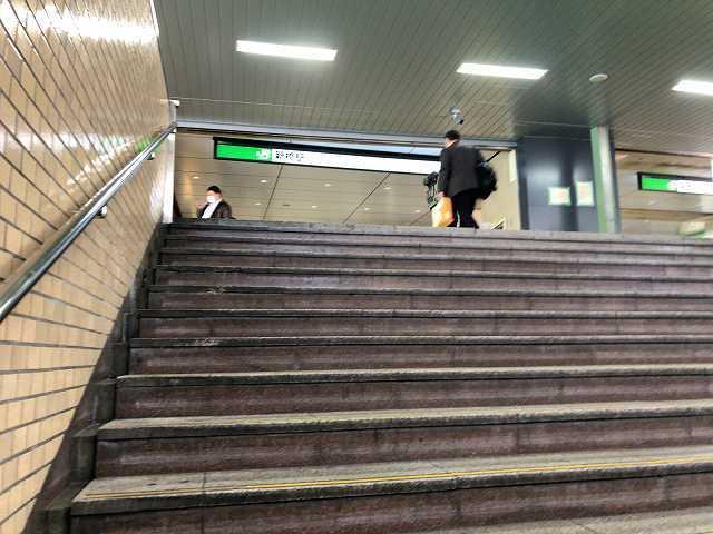 新橋駅の階段を上がるといい香が.jpg