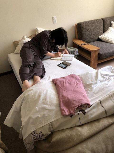 日記をつけるジャン妻.jpg