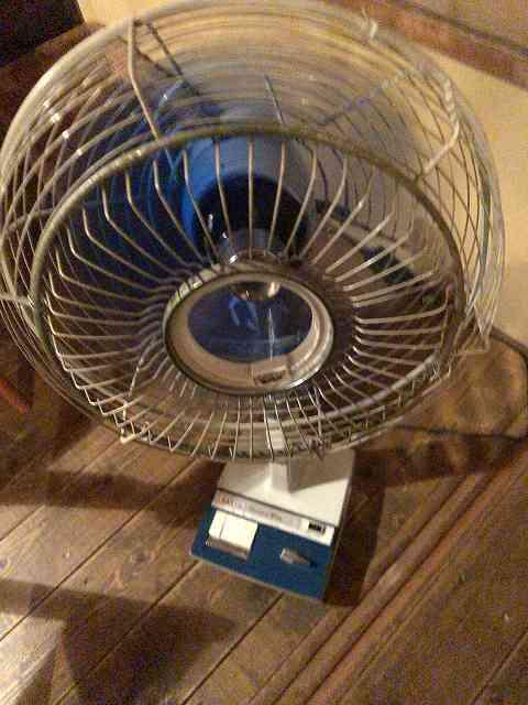暑いので時代もの扇風機を廻す.jpg