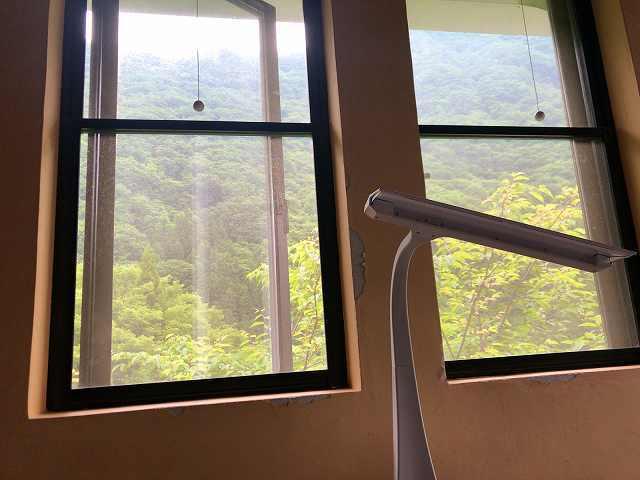 朝11部屋の窓1.jpg